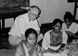 Urban Mission in the Calcutta slum areas, where DSM Missionaries, Lilly and Kamalesh Biswas are Storbymission i Calcuttas slumområder, hvor DSM missionærer Lilly og Kamalesh Biswas arbejder med en række projekter, som forskole for gadebørn, erhvervsfaglig uddannelse af kvinder, en videoklub og læsestue for unge, etc. Her besøger generalsekretær Jørgen Nørgaard Pedersen syskolen, oktober 1993