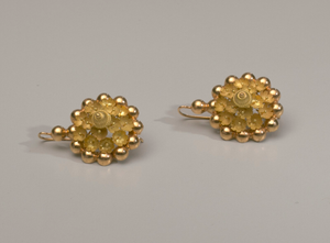 Pair of tété négresse style gold earrings with yellow stones